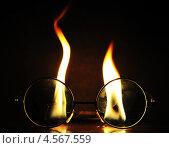 Очки на фоне горящего огня. Стоковое фото, фотограф Кульпина Евгения / Фотобанк Лори