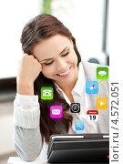 Купить «Счастливая молодая женщина работает с планшетным комьютером», фото № 4572051, снято 16 июля 2011 г. (c) Syda Productions / Фотобанк Лори