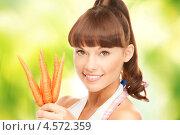 Купить «Счастливая домохозяйка с пучком моркови», фото № 4572359, снято 27 июня 2010 г. (c) Syda Productions / Фотобанк Лори