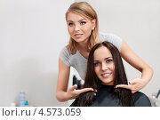 Купить «Парикмахер делает прическу красивой девушке», фото № 4573059, снято 3 февраля 2013 г. (c) Raev Denis / Фотобанк Лори