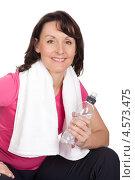 Купить «Активная зрелая женщина с полотенцем на шее и бутылкой воды после занятий фитнесом», фото № 4573475, снято 4 марта 2012 г. (c) Андрей Попов / Фотобанк Лори