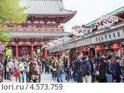 Купить «Скопление туристов на торговой улице Nakamise-dori в святыне Senso-ji. Район Асакуса, Токио, Япония», фото № 4573759, снято 10 апреля 2013 г. (c) Кекяляйнен Андрей / Фотобанк Лори
