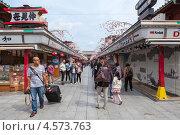 Купить «Улица Nakamise-dori. Вид со стороны входа на территорию святыни Senso-ji, Токио, Япония», фото № 4573763, снято 10 апреля 2013 г. (c) Кекяляйнен Андрей / Фотобанк Лори