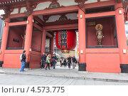 Купить «Красные ворота с огромным фонарем при входе в храм Senso-ji, Токио, Япония», фото № 4573775, снято 10 апреля 2013 г. (c) Кекяляйнен Андрей / Фотобанк Лори