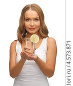 Купить «Девушка с бокалом воды и ломтиком лимона», фото № 4573871, снято 8 декабря 2012 г. (c) Syda Productions / Фотобанк Лори