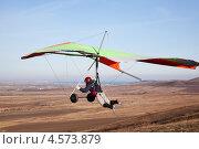 Купить «Дельтапланерист в полёте сразу после старта», фото № 4573879, снято 8 ноября 2011 г. (c) Nadya Pyastolova / Фотобанк Лори