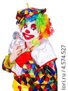 Купить «Клоун в ярком костюме с двумя леденцами на палочках», фото № 4574527, снято 2 апреля 2013 г. (c) Elnur / Фотобанк Лори