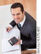 Молодой симпатичный бухгалтер за работой в офисе, фото № 4575407, снято 6 мая 2012 г. (c) Андрей Попов / Фотобанк Лори
