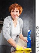 Купить «Женщина моет стеклянный стол», фото № 4575695, снято 22 марта 2013 г. (c) Гладских Татьяна / Фотобанк Лори