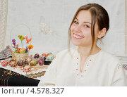Портрет девушки в традиционной одежде с пасхальными яйцами. Стоковое фото, фотограф Mykhaylo Mykulyak / Фотобанк Лори