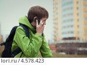 Подросток разговаривает по телефону. Стоковое фото, фотограф Римма Зайцева / Фотобанк Лори