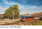 Купить «Трамвай едет по берегу пруда», фото № 4579827, снято 10 октября 2012 г. (c) Сергей Крылов / Фотобанк Лори