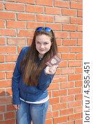 Купить «Девочка-подросток с паспортом в руке», эксклюзивное фото № 4585451, снято 28 апреля 2013 г. (c) Ольга Линевская / Фотобанк Лори