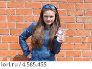 Купить «Девочка-подросток с паспортом в руке», эксклюзивное фото № 4585455, снято 28 апреля 2013 г. (c) Ольга Линевская / Фотобанк Лори