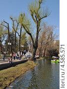 Купить «Люди отдыхают в парке Горького, Москва», эксклюзивное фото № 4585571, снято 2 мая 2013 г. (c) lana1501 / Фотобанк Лори