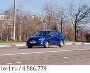 Купить «Hyundai Solaris - корейский легковой автомобиль в движении», фото № 4586779, снято 29 апреля 2013 г. (c) Павел Кричевцов / Фотобанк Лори