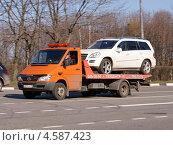 Купить «Эвакуатор MERSEDES BENZ перевозит неисправный автомобиль», фото № 4587423, снято 29 апреля 2013 г. (c) Павел Кричевцов / Фотобанк Лори