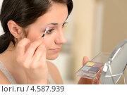 Купить «Брюнетка наносит макияж», фото № 4587939, снято 20 марта 2013 г. (c) CandyBox Images / Фотобанк Лори