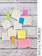 Купить «Разноцветная бумага для заметок наклеена на деревянную стену», фото № 4588803, снято 26 апреля 2013 г. (c) Элина Гаревская / Фотобанк Лори