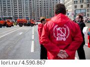 Купить «Коммунист, член ЦК КПРФ стоит во главе колонны на демонстрации, посвященной Дню солидарности трудящихся 1 мая, Москва», эксклюзивное фото № 4590867, снято 1 мая 2013 г. (c) Николай Винокуров / Фотобанк Лори