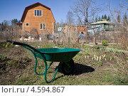 Купить «Тележка на приусадебном участке перед домом», фото № 4594867, снято 3 мая 2013 г. (c) Мария Сударикова / Фотобанк Лори