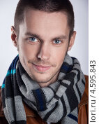 Портрет молодого человека в полосатом шарфе. Стоковое фото, фотограф Елена Ефимова / Фотобанк Лори