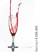 Купить «Красное вино льется в бокал», фото № 4598495, снято 10 января 2011 г. (c) photoff / Фотобанк Лори