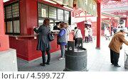 Купить «Туристы покупают ароматические палочки, Токио, Япония», видеоролик № 4599727, снято 7 мая 2013 г. (c) Кекяляйнен Андрей / Фотобанк Лори