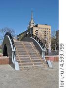 Декоративный пешеходный мостик и каскад фонтанов на Украинском бульваре, Москва (2013 год). Стоковое фото, фотограф lana1501 / Фотобанк Лори