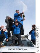 """Купить «Участники полярной автомобильной экспедиции """"Амарок. Путь северного волка"""" пьют шампанское на крыше автомобиля Volkswagen Amarok», фото № 4600711, снято 9 апреля 2013 г. (c) А. А. Пирагис / Фотобанк Лори"""