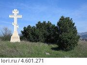 Купить «Крест на окраине Кисловодска», эксклюзивное фото № 4601271, снято 27 апреля 2013 г. (c) Игорь Веснинов / Фотобанк Лори
