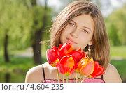 Портрет девушки с букетом тюльпанов в солнечный день. Стоковое фото, фотограф Mykhaylo Mykulyak / Фотобанк Лори
