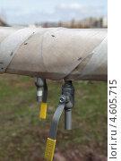 Купить «Сбросник воды на трубопроводах тепловой сети», эксклюзивное фото № 4605715, снято 9 мая 2013 г. (c) Валерий Акулич / Фотобанк Лори