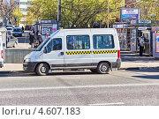 Маршрутное такси на городской улице. Москва (2013 год). Редакционное фото, фотограф Владимир Сергеев / Фотобанк Лори