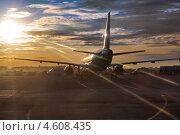 Самолет на взлетно-посадочной полосе аэродрома в лучах солнца. Стоковое фото, фотограф Кекяляйнен Андрей / Фотобанк Лори