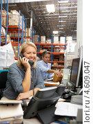 Купить «Бизнес-леди разговаривает по телефону на складе», фото № 4609047, снято 27 октября 2012 г. (c) Monkey Business Images / Фотобанк Лори