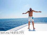 Купить «Мужчина в белых шортах стоит на яхте на фоне океана», фото № 4613771, снято 9 января 2013 г. (c) Monkey Business Images / Фотобанк Лори