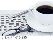 Купить «Чашка кофе, очки и ручка на кроссворде», фото № 4615235, снято 16 марта 2011 г. (c) Wavebreak Media / Фотобанк Лори