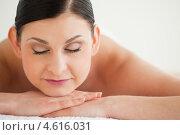 Привлекательное лицо брюнетки, лежащей на животе в спа-салоне. Стоковое фото, агентство Wavebreak Media / Фотобанк Лори