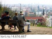 Купить «Туристы на лавочке в парке любуются видом на город. Прага», фото № 4616667, снято 21 апреля 2013 г. (c) Яна Королёва / Фотобанк Лори