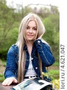 Купить «Голубоглазая блондинка поправляет волосы», фото № 4621047, снято 8 мая 2011 г. (c) photoff / Фотобанк Лори