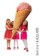 Купить «Три девочки с огромным рожком мороженого», фото № 4622495, снято 10 мая 2013 г. (c) Владимир Мельников / Фотобанк Лори