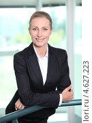 Купить «Улыбающаяся деловая женщина в черном пиджаке», фото № 4627223, снято 19 мая 2010 г. (c) Phovoir Images / Фотобанк Лори