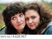 Купить «Мама и взрослая дочь обнимаются», эксклюзивное фото № 4628967, снято 5 мая 2013 г. (c) Игорь Низов / Фотобанк Лори