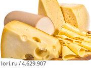Ассорти сыров и колбаса на деревянной доске. Стоковое фото, фотограф ValeriyK / Фотобанк Лори