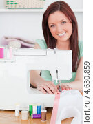 Купить «Молодая женщина шьет дома на швейной машинке», фото № 4630859, снято 13 мая 2011 г. (c) Wavebreak Media / Фотобанк Лори