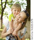 Купить «Дети - мальчик и девочка», фото № 4633579, снято 5 мая 2013 г. (c) Харитонов Сергей / Фотобанк Лори