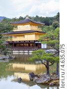 Купить «Островок с карликовыми деревьями в парке на территории храма Kinkaku-ji (Золотой павильон) в городе Киото, Япония», фото № 4635075, снято 12 апреля 2013 г. (c) Кекяляйнен Андрей / Фотобанк Лори