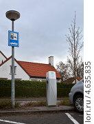 Купить «Дорожный знак заправки электромобиля и колонка электропитания», фото № 4635835, снято 11 апреля 2013 г. (c) Виктория Катьянова / Фотобанк Лори