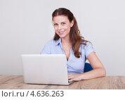 Веселая симпатичная девушка с длинными каштановыми волосами за ноутбуком, фото № 4636263, снято 15 июля 2012 г. (c) Андрей Попов / Фотобанк Лори
